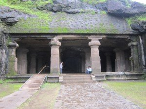 La grotte principale, appelée aussi grotte de Shiva, est un hall à pillers (mandapa) d'un quarantaine de mètres de coté, elle a été creusée directement dans le rocher.